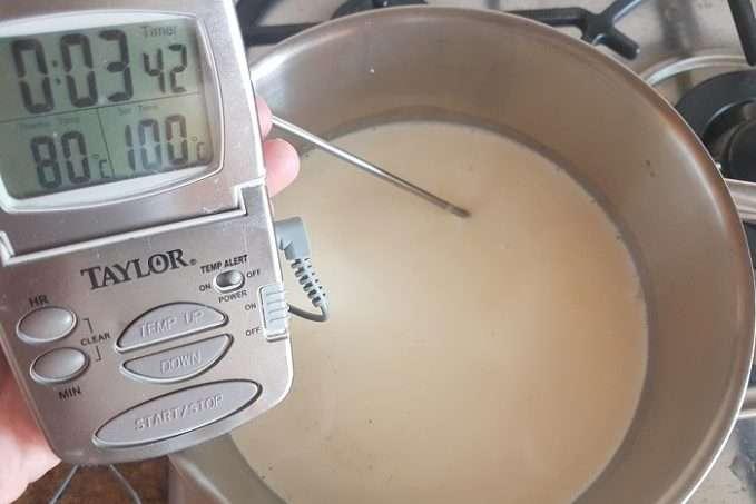 panna cotta aquecendo o creme de leite e baunilha