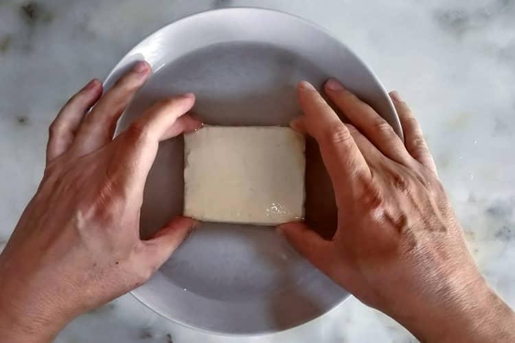 passe a fatia de queijo na água