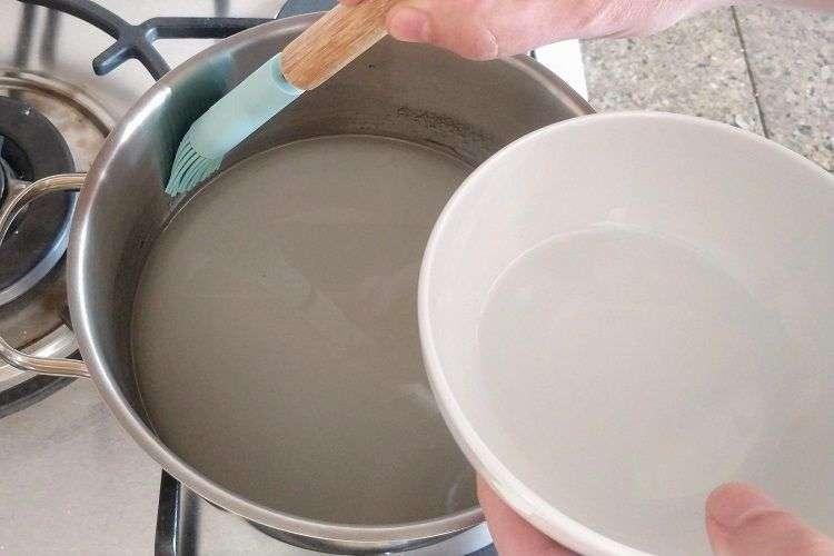 limpe as bordas da panela com um pincel e agua
