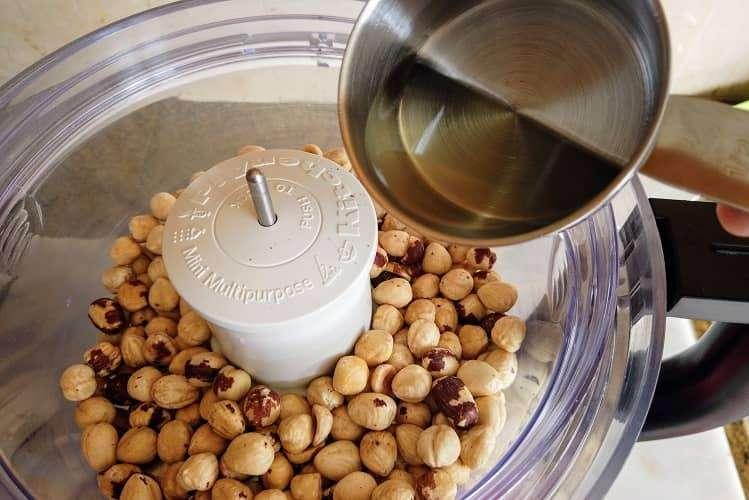 coloque avelãs torradas e óleo de girassol em processador potente