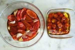 coloque azeite até cobrir totalmente os tomates