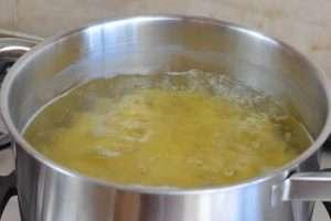 conzinhe o macarrão em água salgada