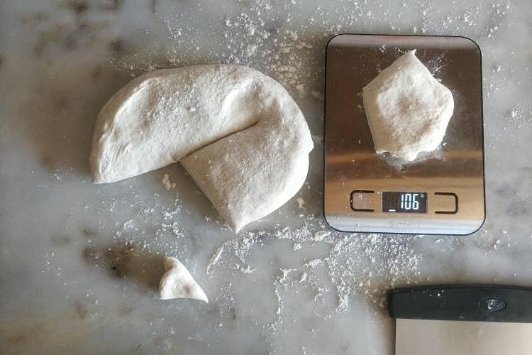 corte a massa em 6 pedacos iguais