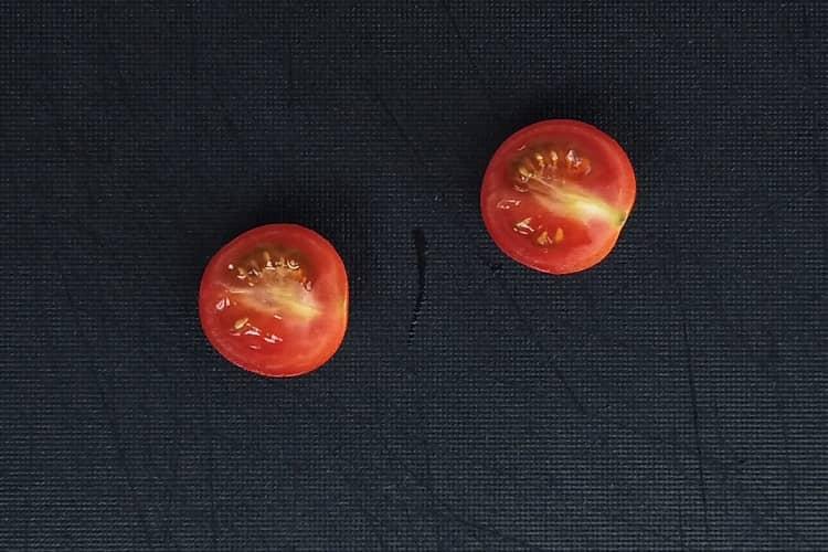 corte o tomate cereja ao meio
