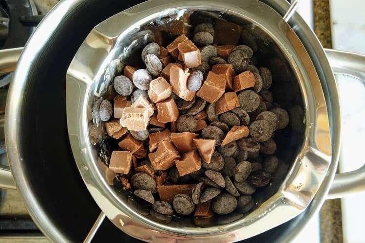 derreta o chocolate em banho-maria