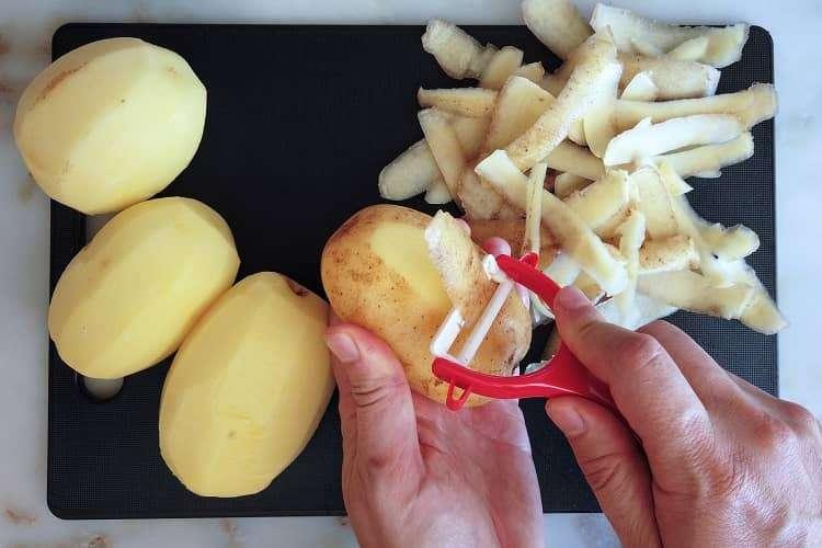 descasque as batatas