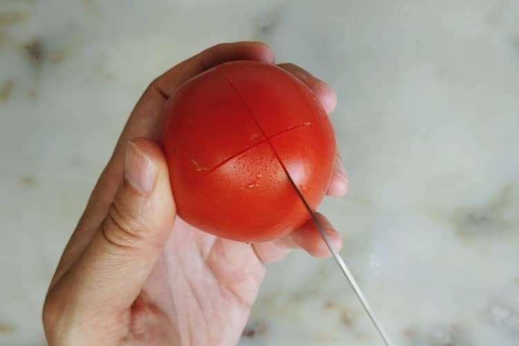 faça uma cruz na pela do tomate