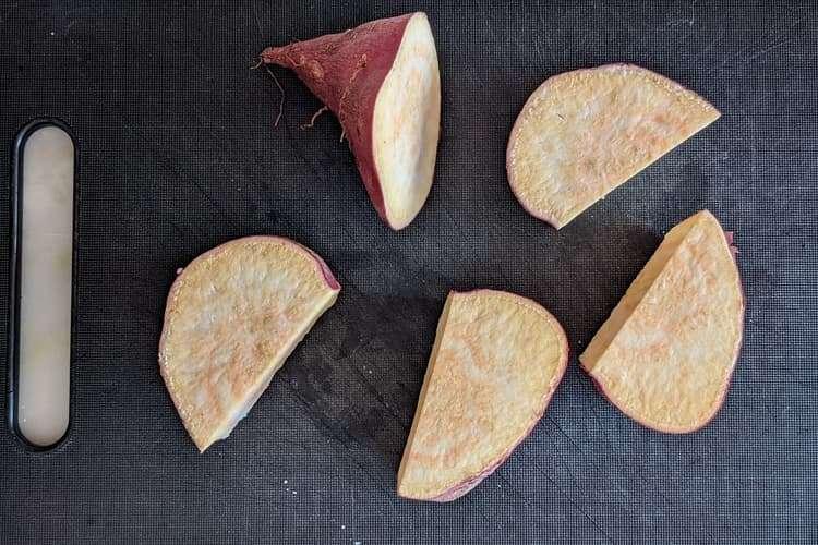 corte a batata-doce em pedaços médios
