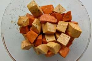 misture o azeite temperado com as batatas