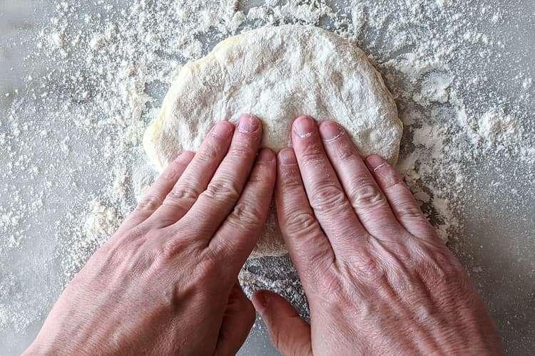 pressione levemente com a ponta dos dedos até formar um disco
