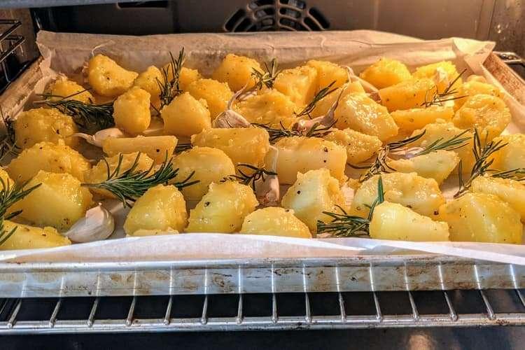 asse as batatas em forno bem quente