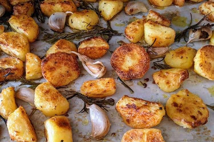 verifique se as batatas já estão bem crocantes