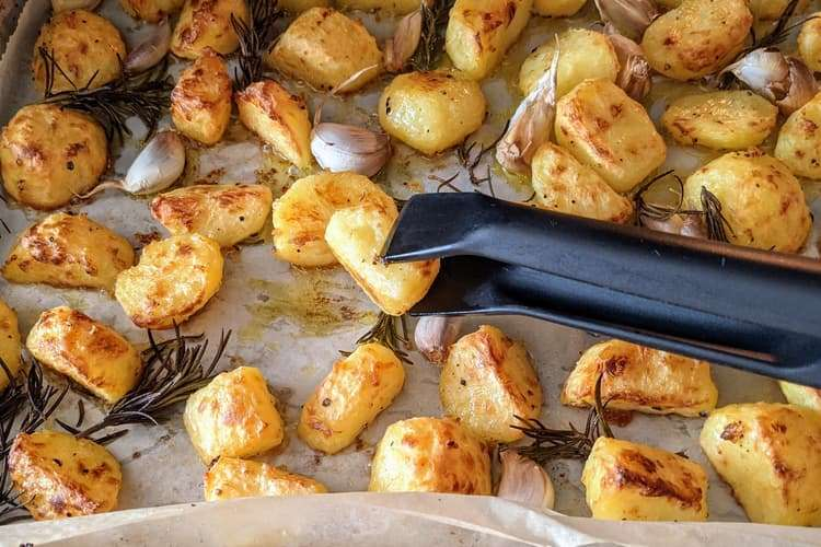 vire as batatas depois de 15 a 20 minutos