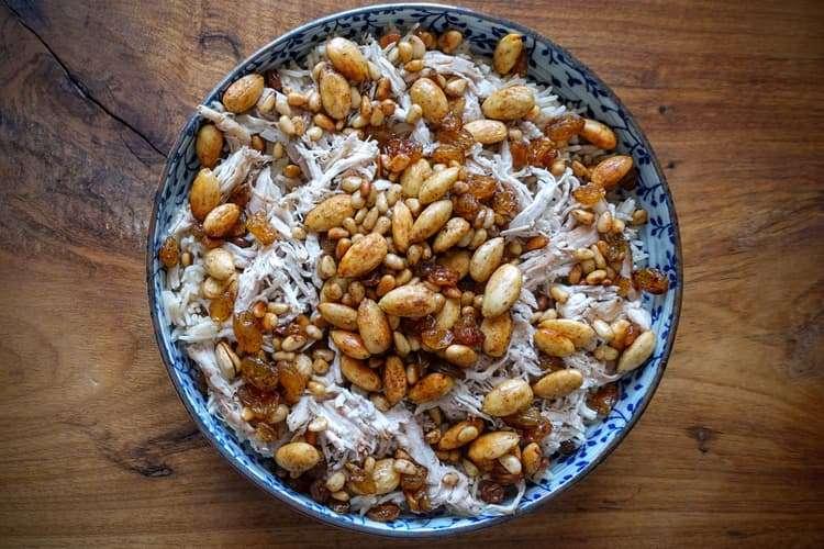 Enfeite o arroz com a cobertura de amêndoas